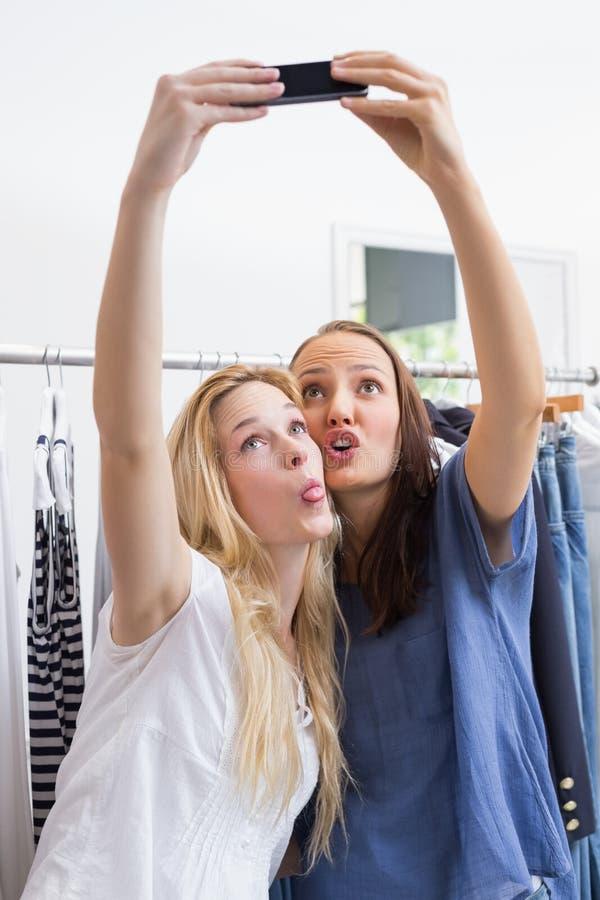 Download Amis De Sourire Heureux Prenant Un Selfie Image stock - Image du lumière, beau: 56490595