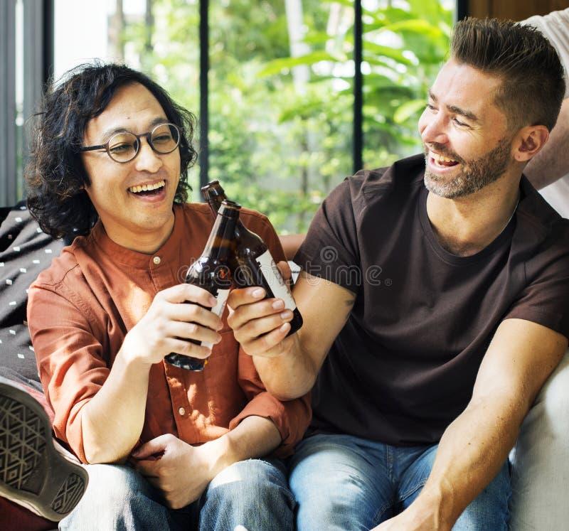 Amis divers buvant des bières ensemble images stock