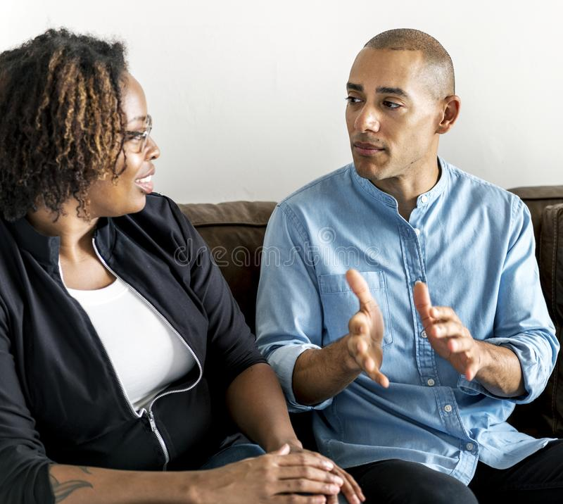 Amis divers parlant ensemble le concept photographie stock libre de droits