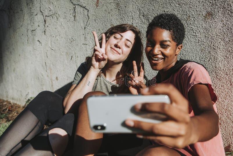 Amis divers prenant un selfie image libre de droits