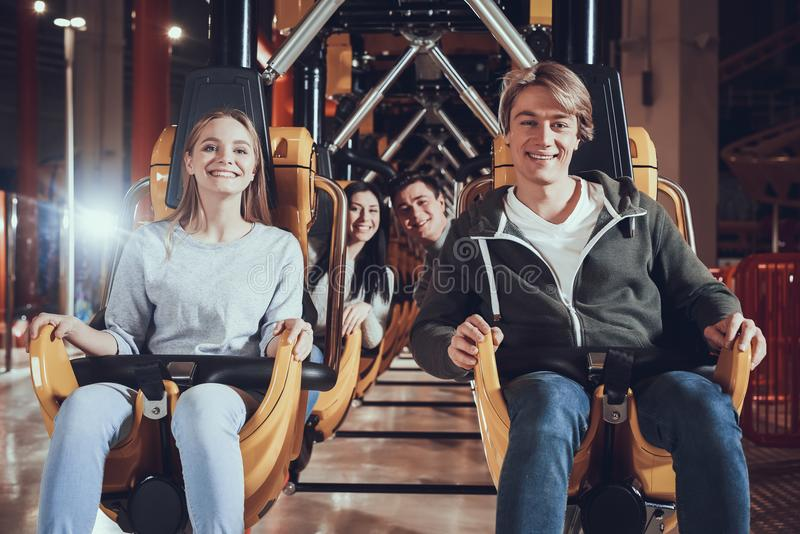 Amis en parc d'attractions photos libres de droits