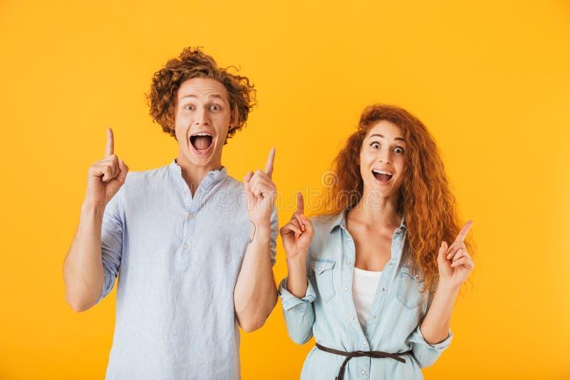 Amis enthousiastes aimant le pointage de couples photo stock