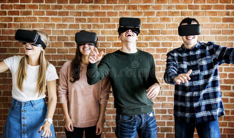 Amis essayant sur des casques de VR photo libre de droits
