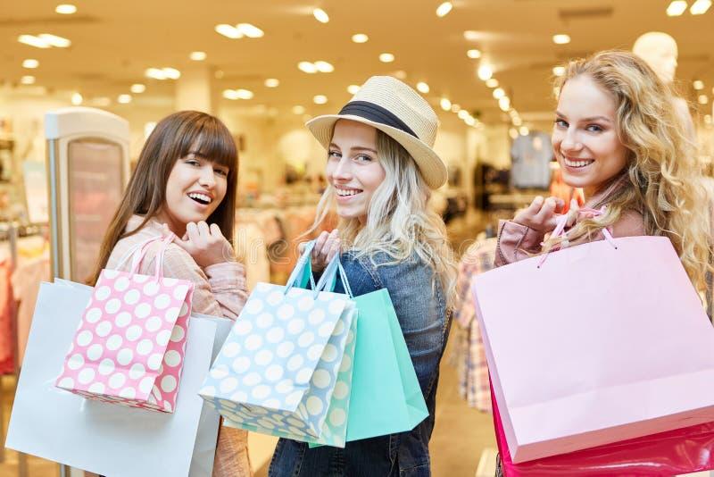 Amis féminins avec beaucoup de sacs image stock