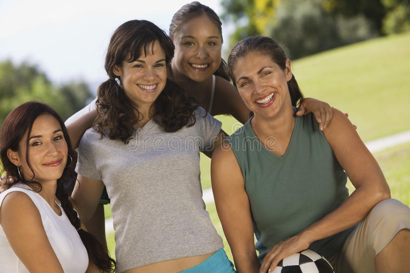 Amis féminins avec du ballon de football au parc images libres de droits