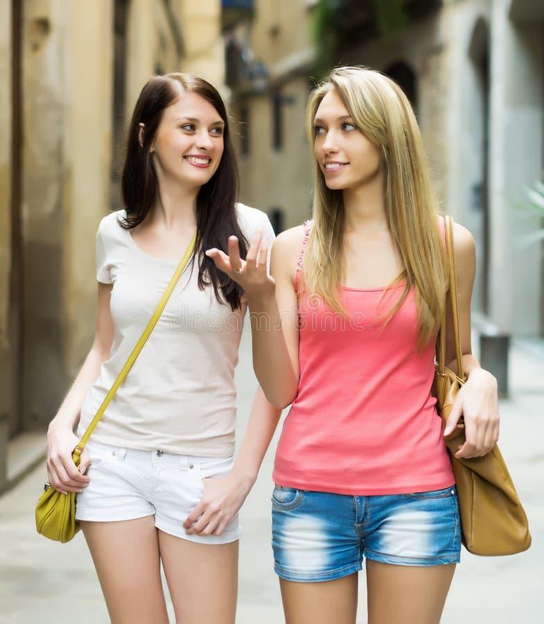 Amis féminins ayant la visite de ville images libres de droits