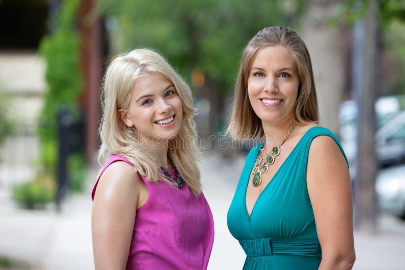 Amis féminins heureux photos stock