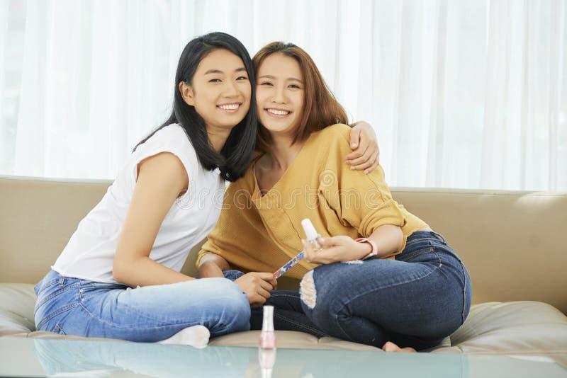 Amis féminins heureux image libre de droits