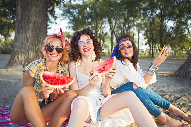 Amis féminins mangeant la pastèque photo stock