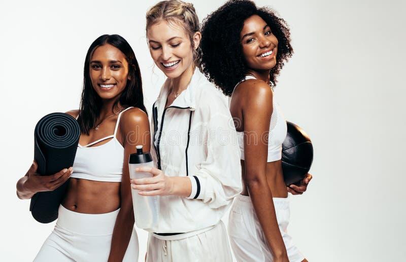 Amis féminins se reposant après séance d'entraînement photos stock