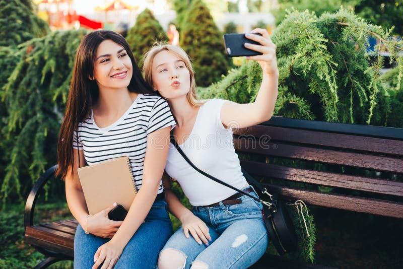 Amis faisant le selfie Deux belles jeunes femmes faisant le selfie photo stock