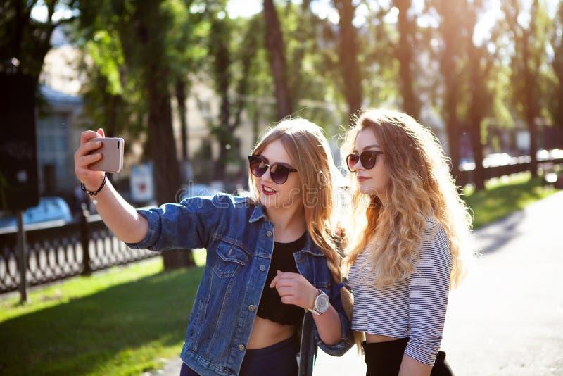 Amis faisant le selfie Deux belles jeunes femmes faisant le selfie images stock
