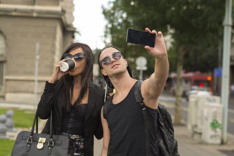 Amis gais prenant des photos de lui-même au téléphone intelligent photo libre de droits