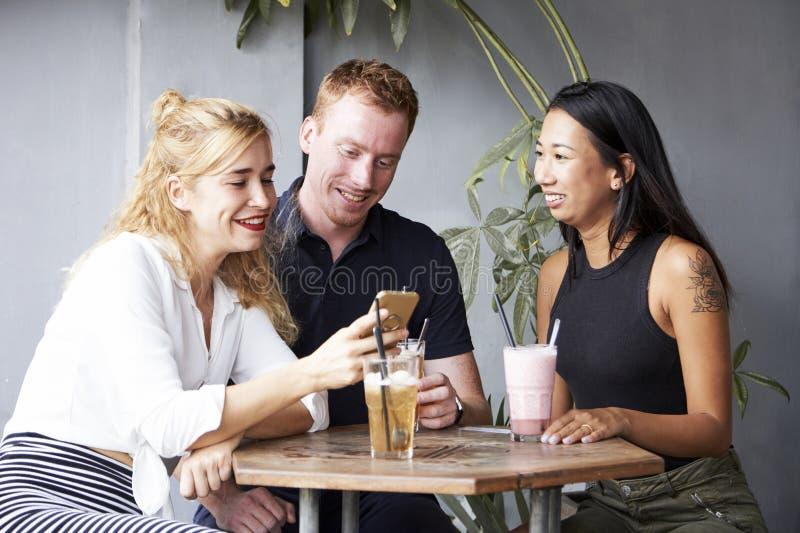 Amis gais se reposant en caf? photographie stock