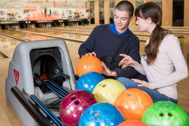 Amis heureux appréciant dans le club de bowling image stock