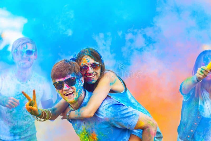 Amis heureux célébrant le festival heureux de vacances de holi photo stock