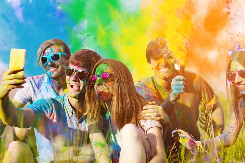 Amis heureux célébrant le festival heureux de vacances de holi image stock