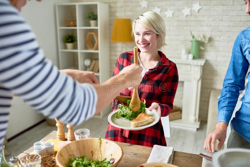 Amis heureux dînant ensemble photographie stock libre de droits