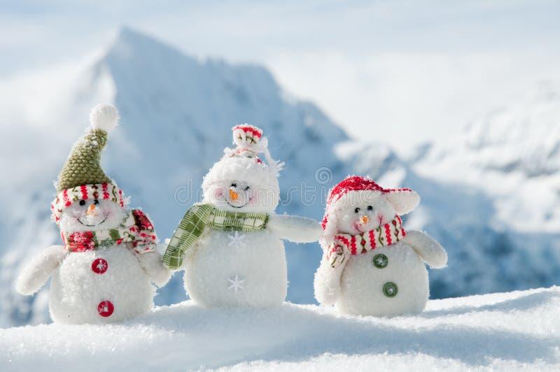 Amis heureux de bonhomme de neige images stock