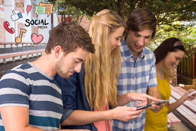 Amis heureux employant le media social aux téléphones intelligents photos stock