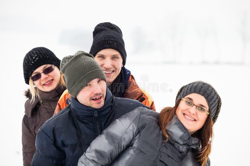 Amis heureux en hiver images stock