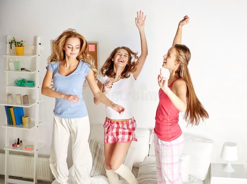 Amis heureux ou filles de l'adolescence ayant l'amusement à la maison image stock