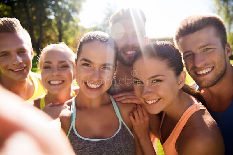 Amis heureux prenant le selfie avec le smartphone photo libre de droits