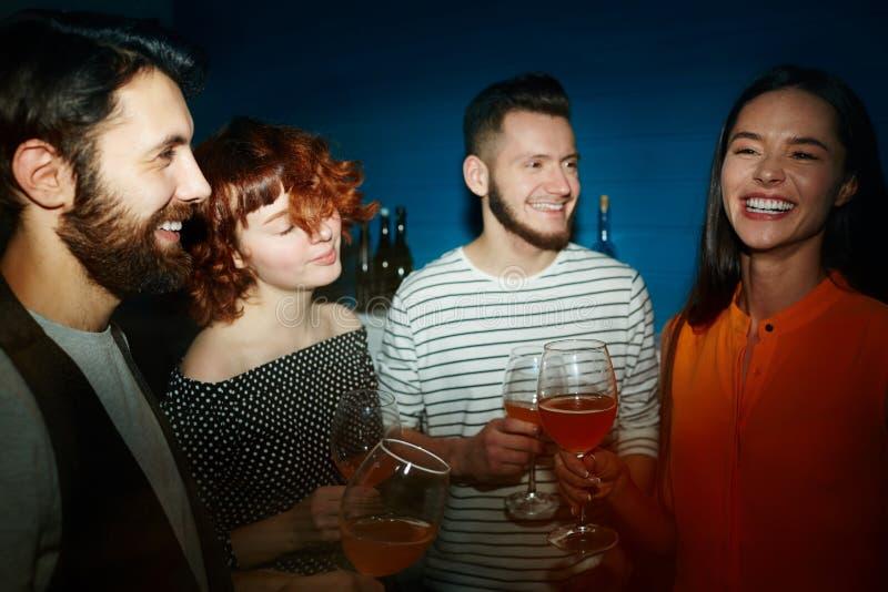 Amis heureux tenant des verres à la partie photos libres de droits