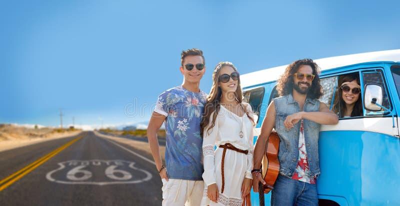 Amis hippies à la voiture de monospace au-dessus de nous itinéraire 66 photographie stock libre de droits