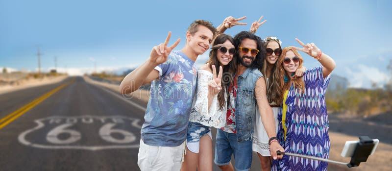 Amis hippies prenant à selfie au-dessus de nous l'itinéraire 66 photo stock