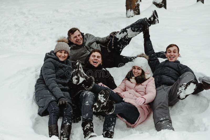 Amis jouant avec la neige en parc photo libre de droits