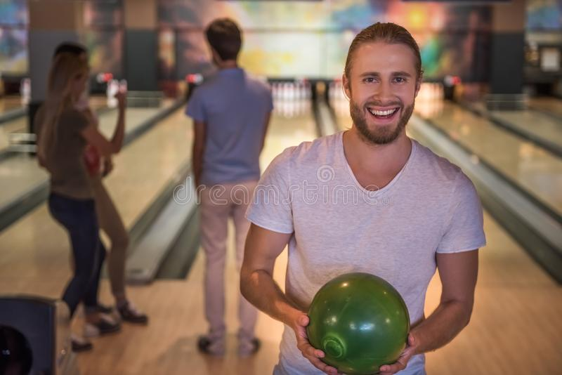Amis jouant le bowling photos stock