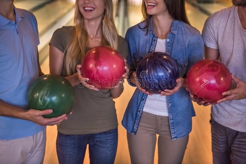 Amis jouant le bowling images libres de droits