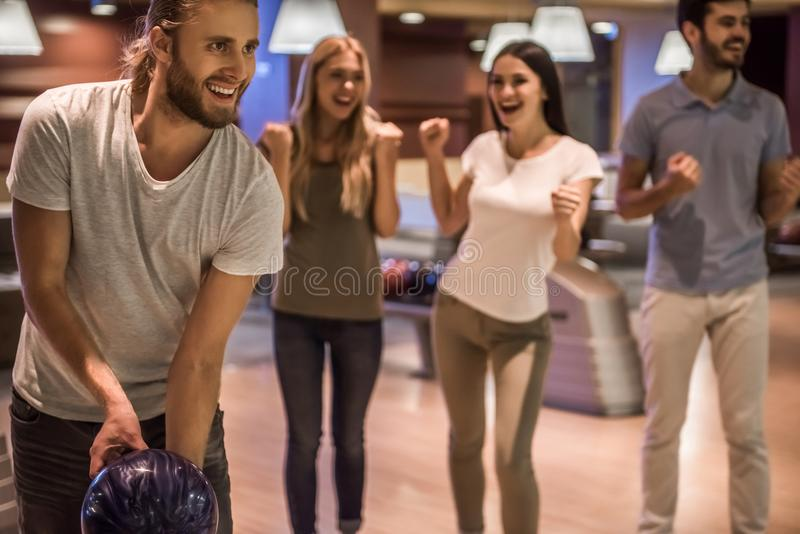 Amis jouant le bowling photo stock