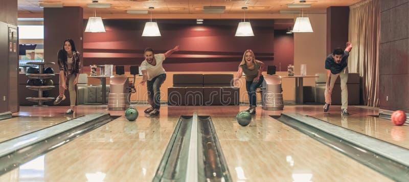 Amis jouant le bowling photographie stock libre de droits