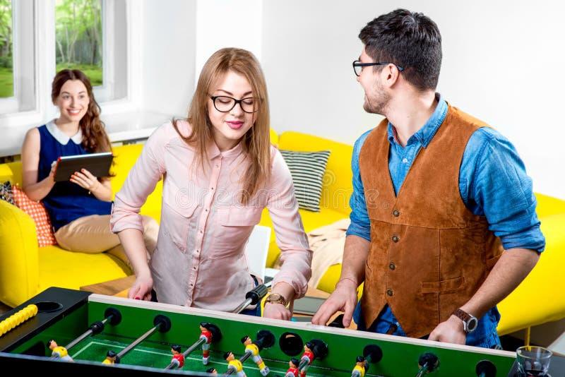 Amis jouant le football de table image libre de droits