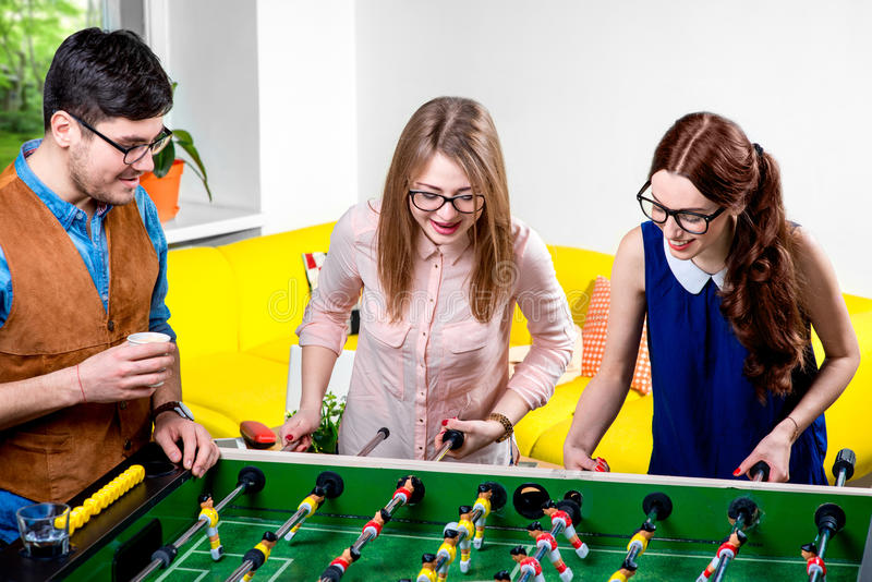 Amis jouant le football de table photos stock