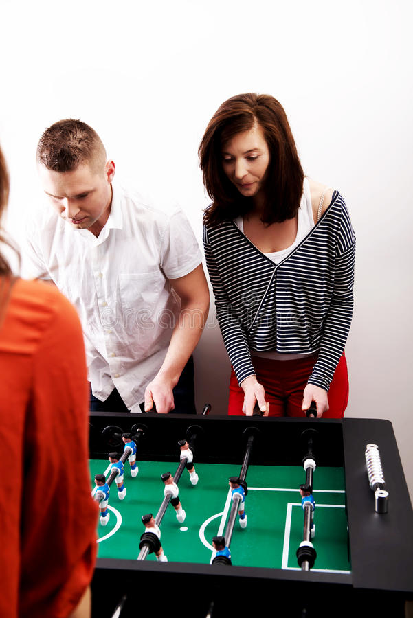 Amis jouant le football de table photos libres de droits