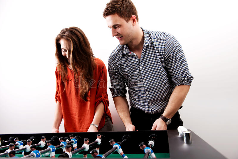 Amis jouant le football de table photographie stock