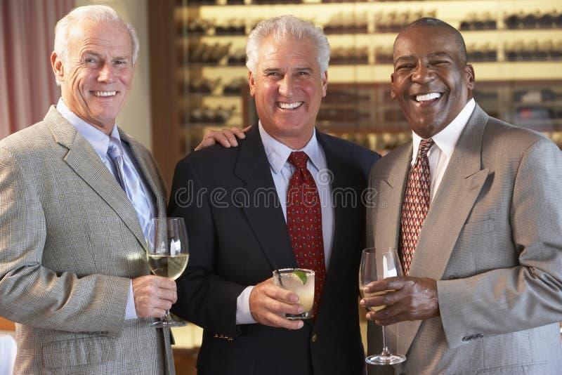 Amis mâles ayant une vie sociale à un bar image libre de droits
