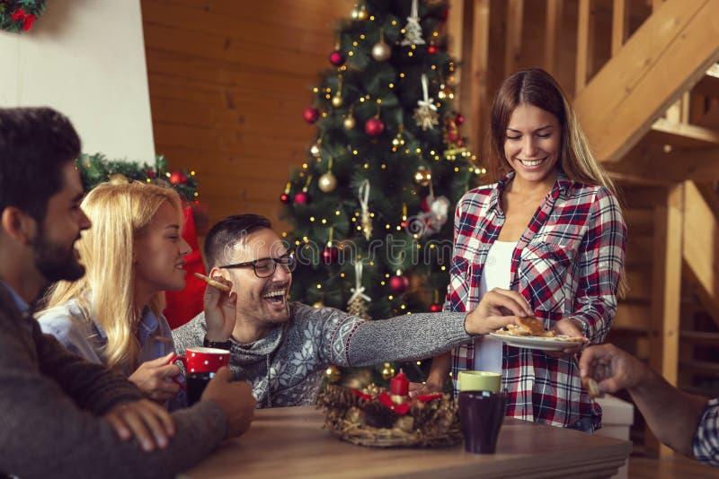 Amis mangeant des biscuits de Noël de pain d'épice image stock