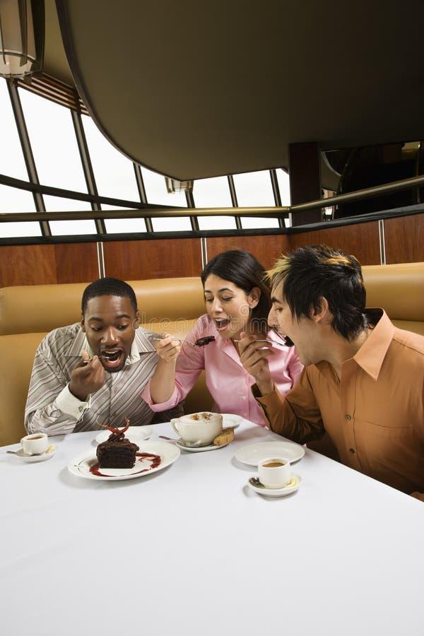 Amis mangeant le dessert. photographie stock