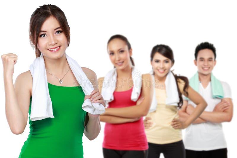 Amis masculins et féminins faisant l'exercice photos stock