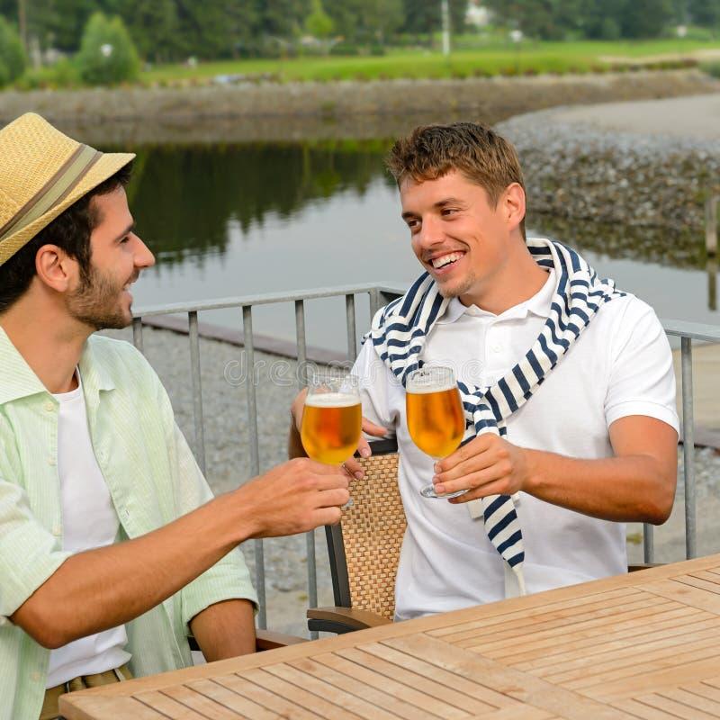 Amis masculins gais buvant de la bière au pub images libres de droits