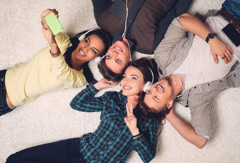 Amis multiraciaux heureux prenant le selfie images stock
