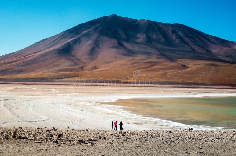 Amis observant une montagne énorme dans le désert photo libre de droits