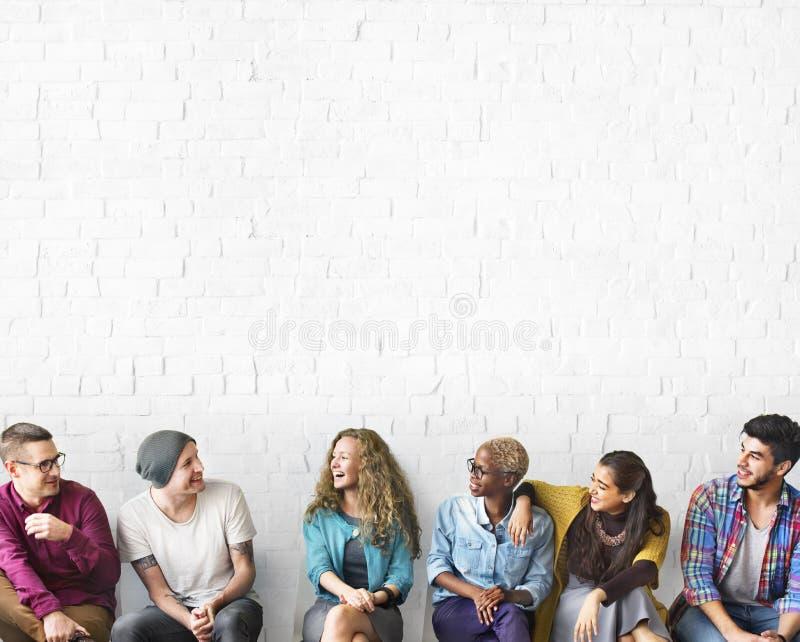 Amis parlant le concept d'unité de discussion de communication photos libres de droits
