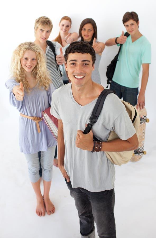 Amis passant par le lycée image libre de droits