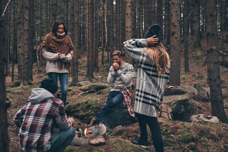 Amis pour toujours Groupe des jeunes heureux se tenant autour du photo libre de droits