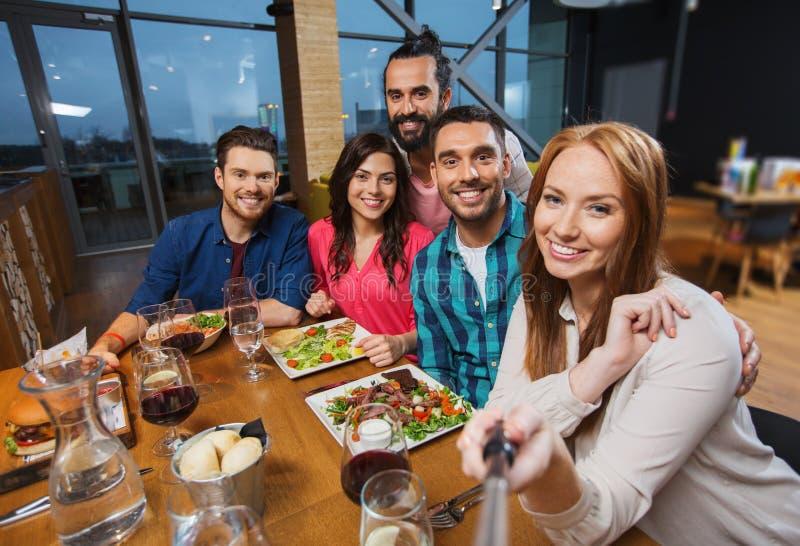 Amis prenant le selfie par le smartphone au restaurant for Au jardin les amis menu